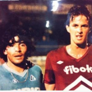 Raggi con la maglia dell'Arezzo e Maradona